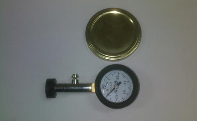 Вакуумметрический тестер для ручной проверки герметичности укупоренной консервной банки